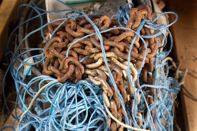 Le catene e la corda blu hanno aggrovigliato immagini stock libere da diritti