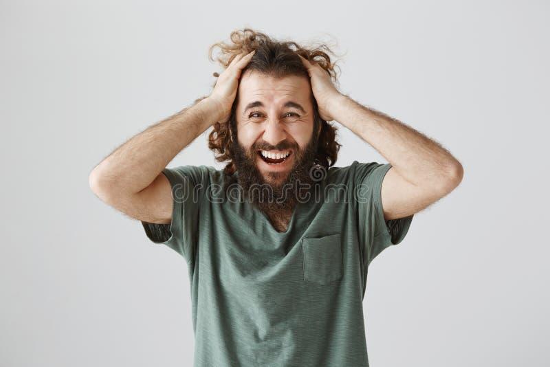 Le cattive cose accadono alla buona gente Ritratto del tipo ispanico maturo sgomento e sollecitato con capelli ricci e la barba fotografie stock libere da diritti