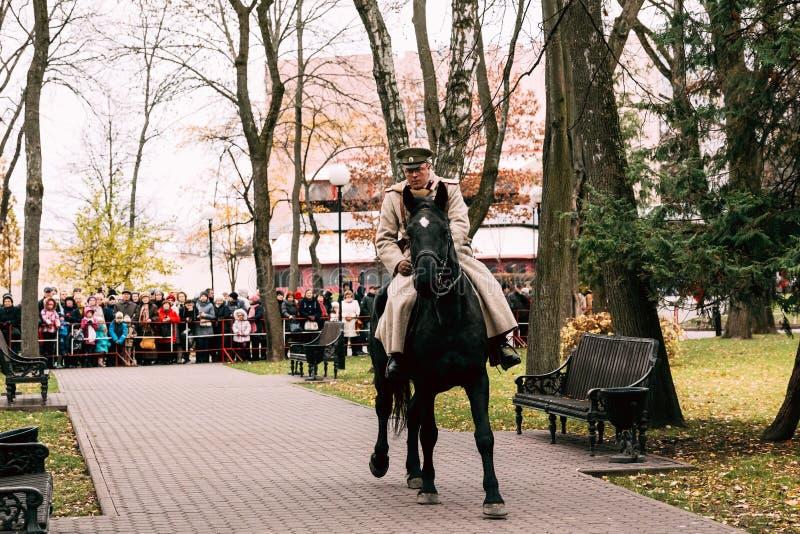 Le cavalier blanc de garde sur cheval de bataille noir Gomel, Belarus photos stock