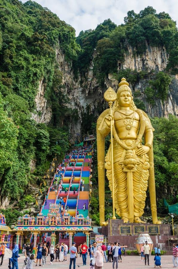 Le caverne di Batu è una collina del calcare che ha una statua enorme di Lord Murugan Giant situato all'entrata delle caverne di  immagini stock libere da diritti