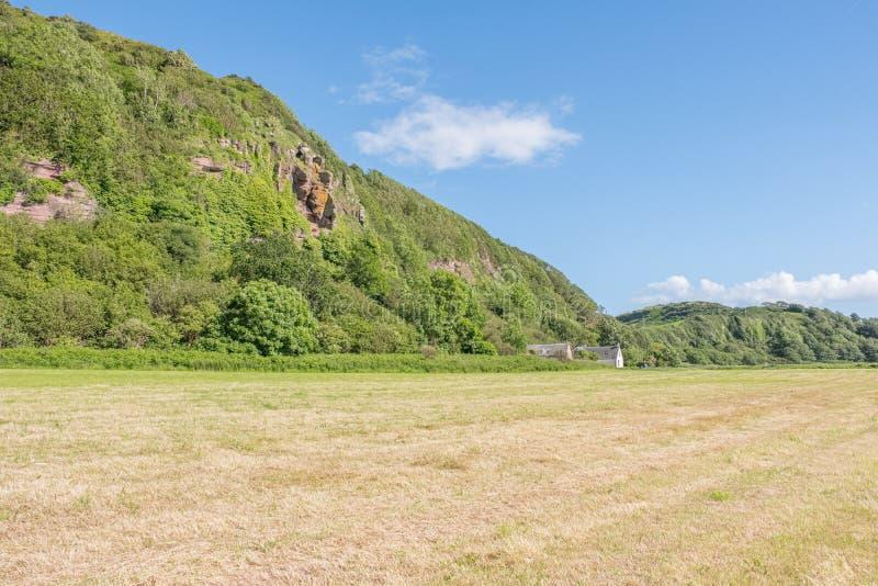 Le caverne sante o Craig Cave Situated Above Ground Hawking Leval in Portencross sul solstizio di estate in Scozia fotografia stock libera da diritti