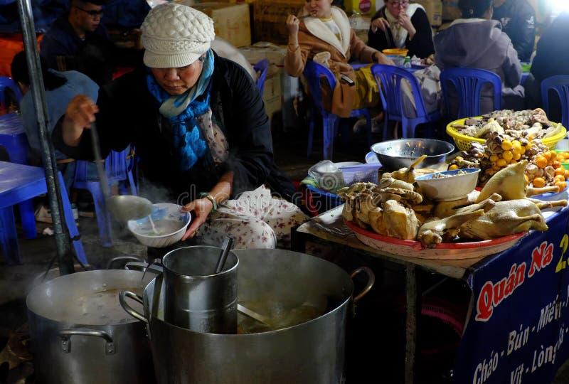 Le cene mangiano il porridge del pollo al ristorante all'aperto al mercato dell'alimento di notte del Lat del Da immagine stock libera da diritti