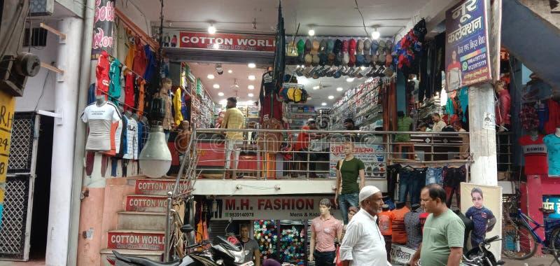 Le centre commercial dans des enfants de l'Inde portent les dames de l'usage d'hommes portent et le magasin de mode image stock