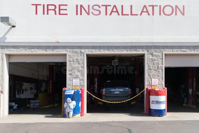 Le centre de pneu de Costco fournissent le changement de pneu et d'autres services pour des membres de Costco photos stock