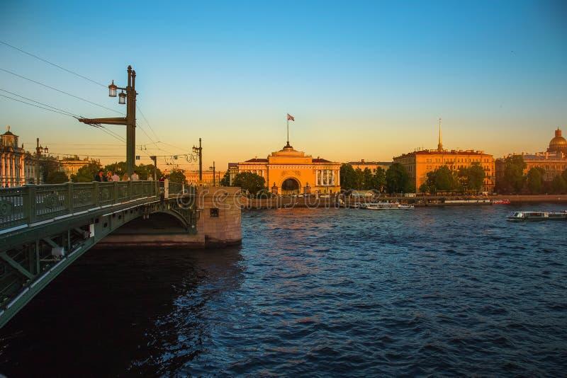 Le centre historique de St Petersburg Russie Vue de la construction d'Amirauté  Coucher du soleil images libres de droits