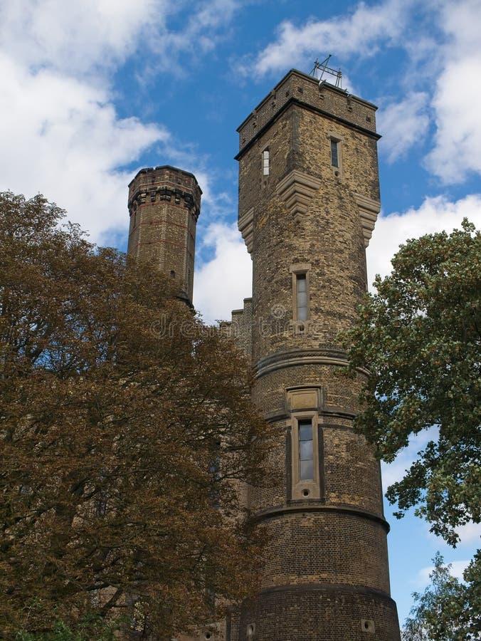 Le centre s'élevant de château, bâtiment victorien à Londres, R-U image libre de droits