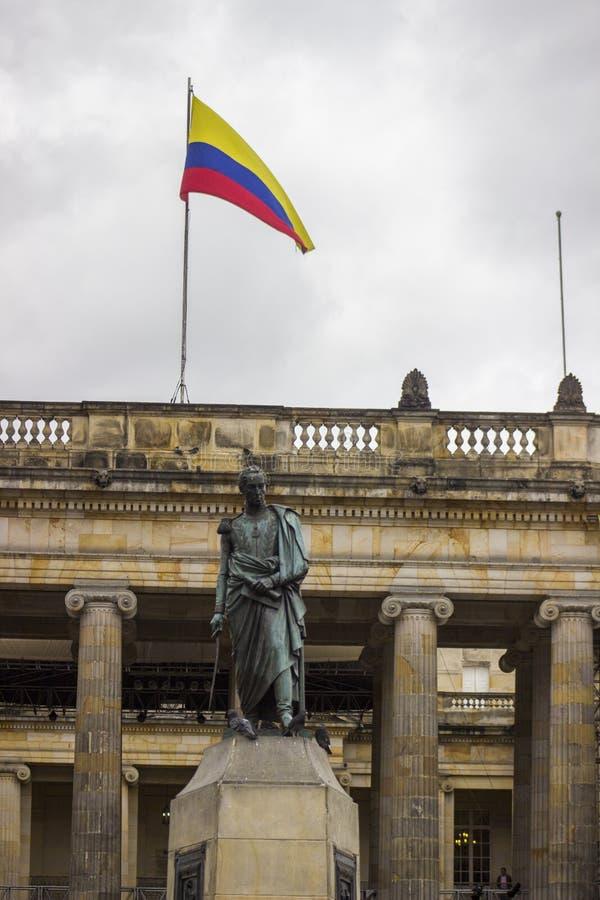 Le centre ville colonial Bogota Colombie Simon Bolivar et drapeau images stock