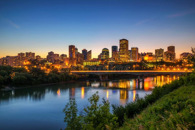 Le centre ville d'Edmonton et la rivière de Saskatchewan la nuit image libre de droits
