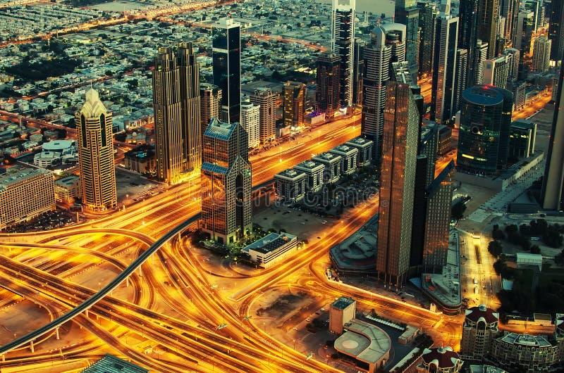 Le centre ville de Dubaï (Emirats Arabes Unis) la nuit photo stock