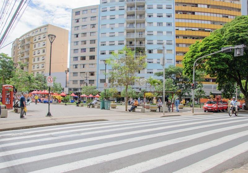 Le centre ville de Londrina Les gens marchant entre les boutiques du centre photographie stock libre de droits