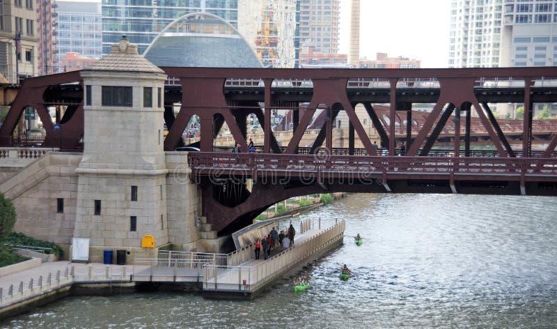 Le centre ville de marche et Kayaking Chicago, l'Illinois photos libres de droits