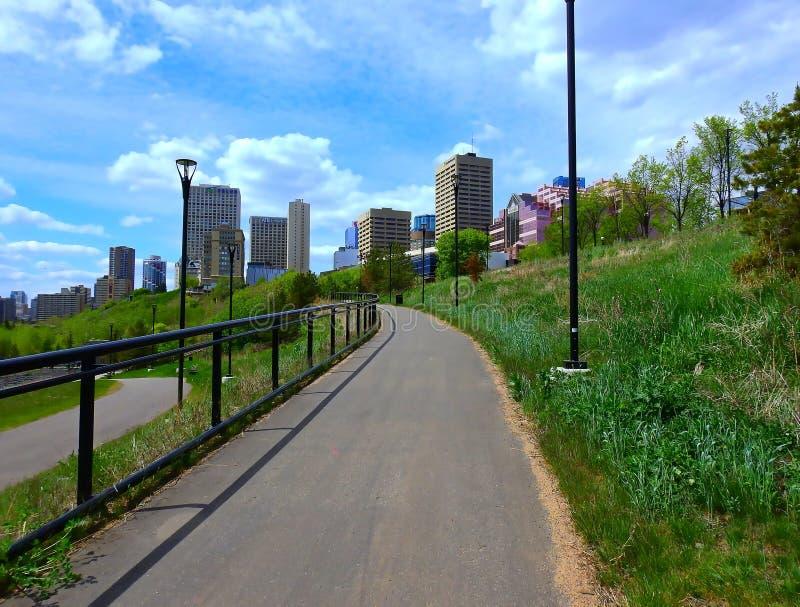 Le centre ville de paysage urbain - vue de Louise McKinney Riverfront Park, Edmonton, Canada photo stock