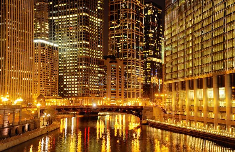 Le centre ville et la rivière Chicago de Chicago la nuit photos libres de droits