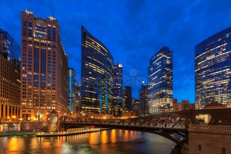 Le centre ville et la rivière Chicago de Chicago la nuit Chicago, l'Illinois image libre de droits