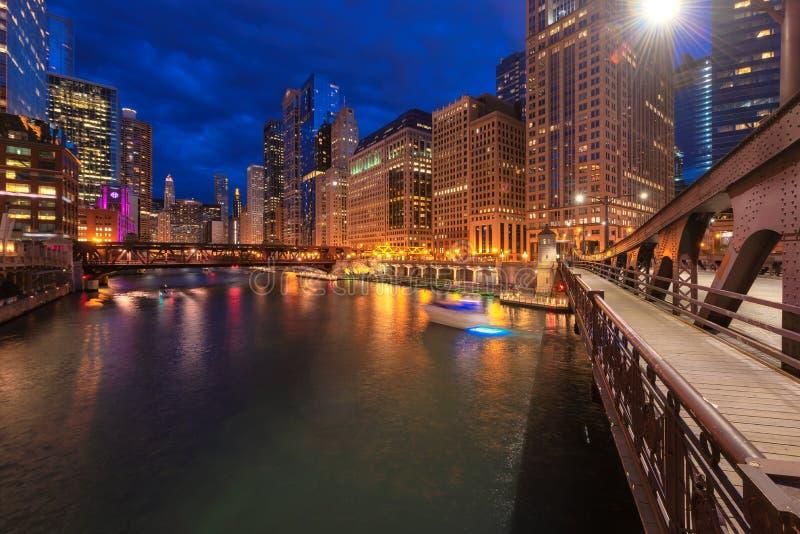 Le centre ville et la rivière Chicago de Chicago la nuit Chicago, l'Illinois photo libre de droits