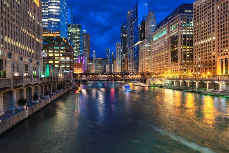 Le centre ville et la rivière Chicago de Chicago la nuit Chicago, l'Illinois photos stock
