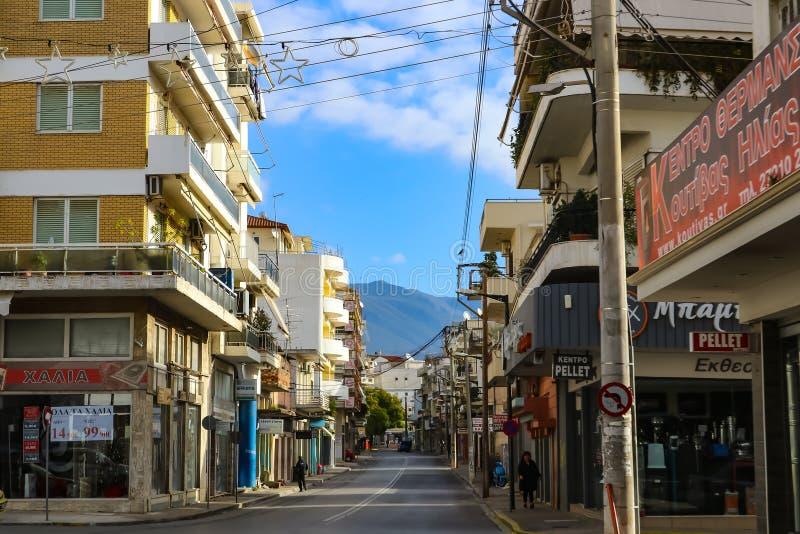 Le centre ville le matin tôt de vacances - Kardamyli Grèce 1 6 2018 images libres de droits
