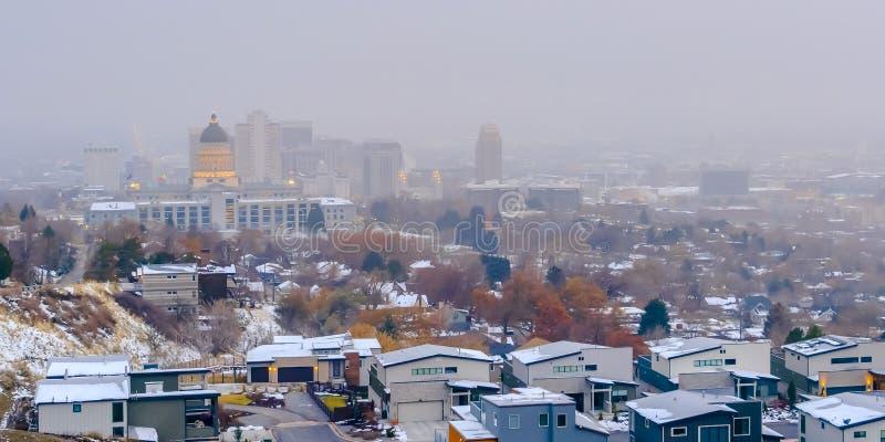 Le centre ville populeux de Salt Lake City avec un fond flou de ciel en hiver image stock