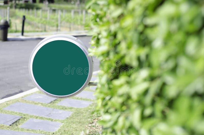 Le cercle vert signent dans le jardin images libres de droits