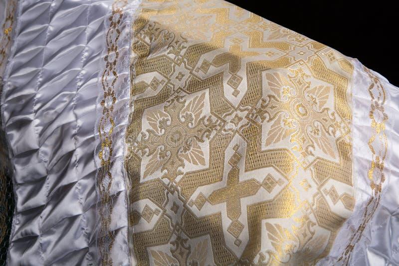 Le cercueil blanc en bois fermé couvert de couverture rituelle blanche a isolé le plan rapproché photo libre de droits