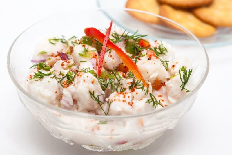 Le ceviche péruvien de poissons blancs a servi dans une cuvette transparente avec des biscuits photographie stock