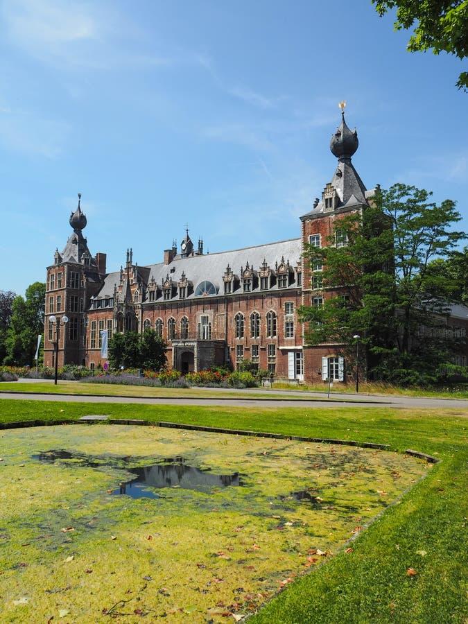 Le château d'Arenberg situé à côté de la ville de Louvain photos stock
