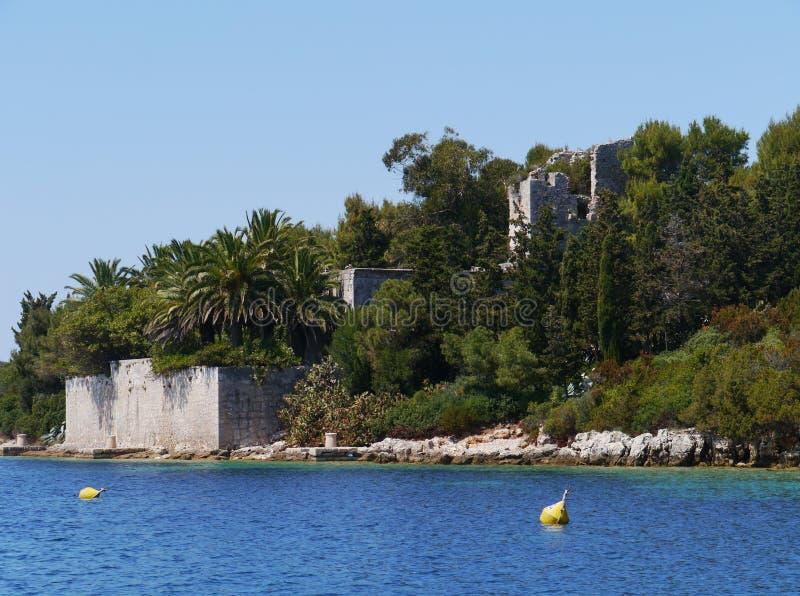 Le château d'Ilovik avec des palmiers en Croatie photographie stock
