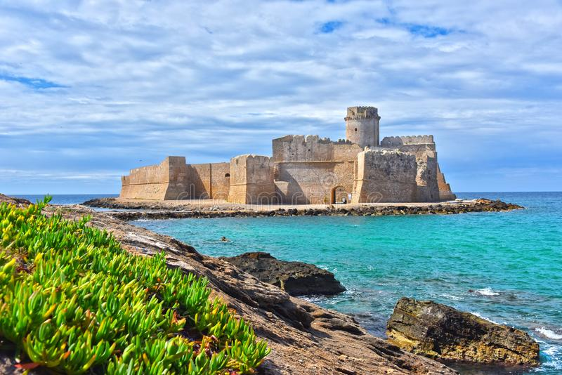Le château dans Isola di Capo Rizzuto, Calabre, Italie photos libres de droits