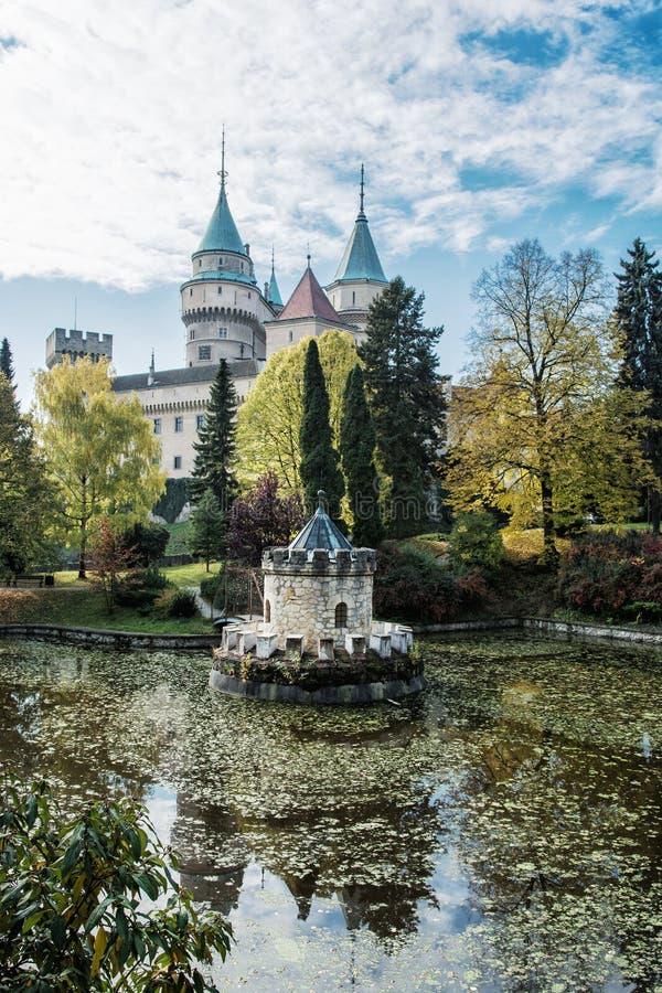Le château de Bojnice avec la belle tourelle s'est reflété dans le lac, Slov photos libres de droits