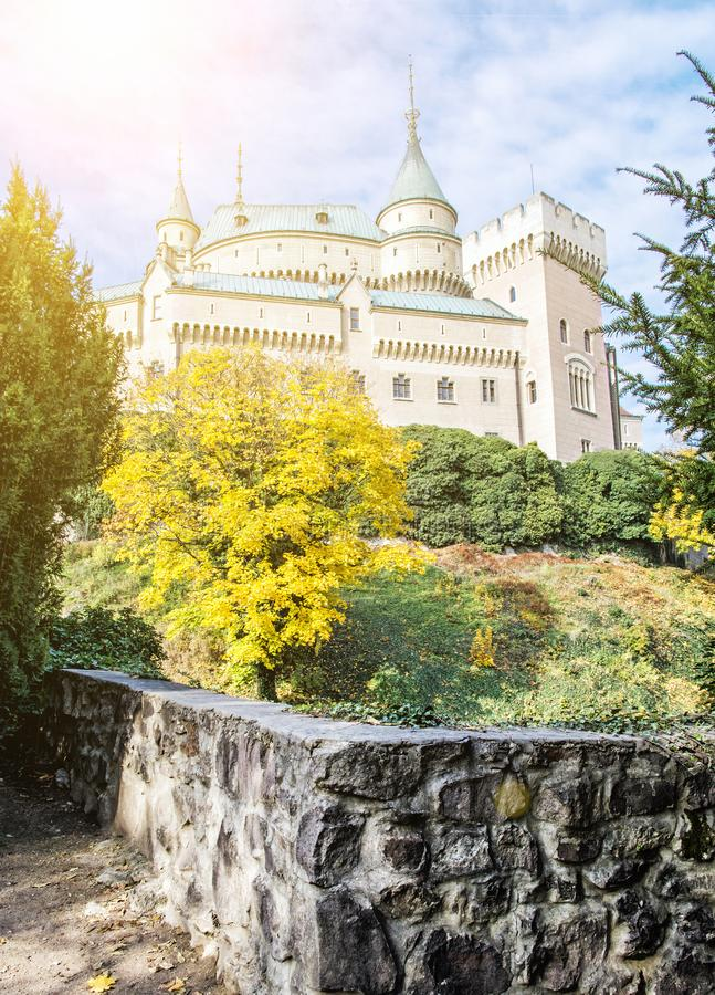 Le château de Bojnice dans la république slovaque, scène d'automne, le soleil rayonne images stock