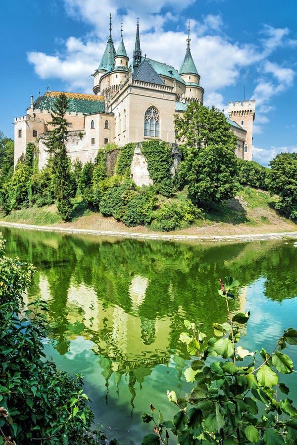 Le château de Bojnice est reflété dans l'eau, Slovaquie images stock