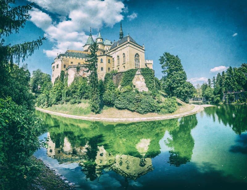 Le château de Bojnice est reflété dans l'eau, Slovaquie photographie stock