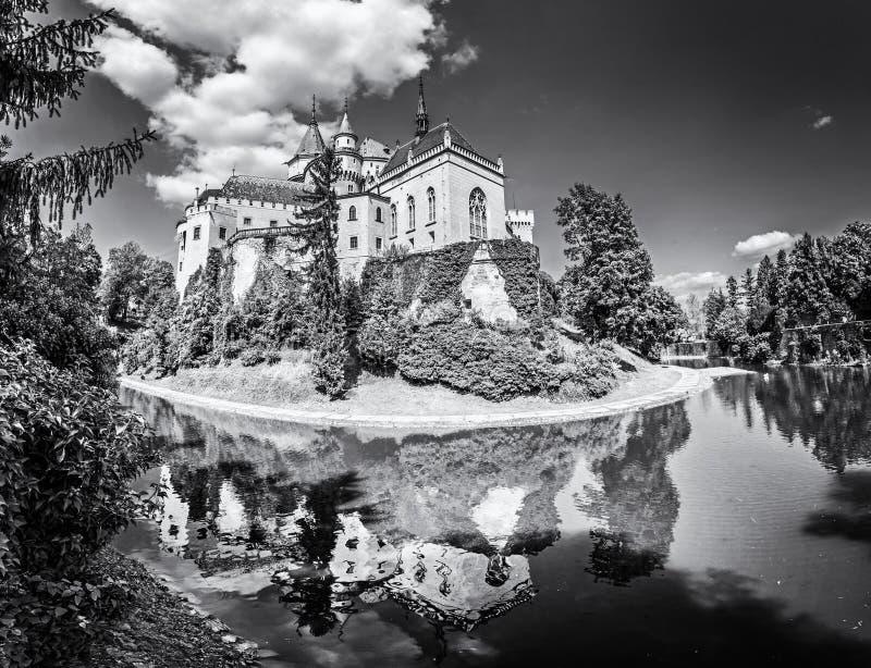 Le château de Bojnice est reflété dans l'eau, Slovaquie, sans couleur image stock