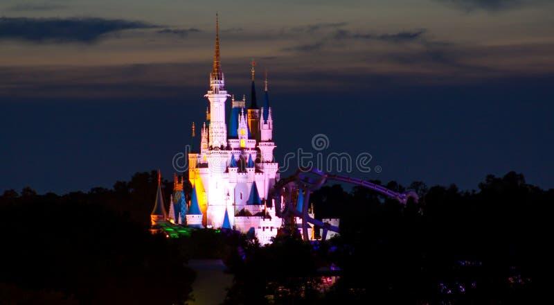 Le château de Cendrillon allumé dans des couleurs d'arc-en-ciel images libres de droits