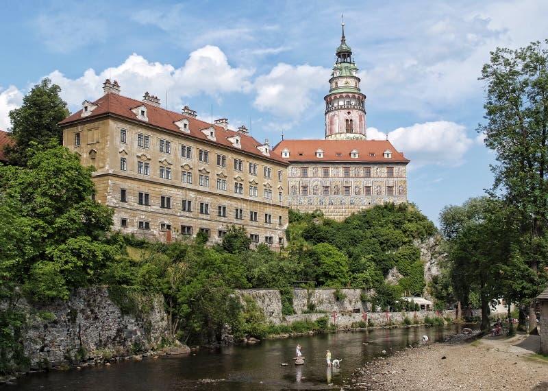 Le château de Cesky Krumlov avec la rivière Vlatava photographie stock libre de droits
