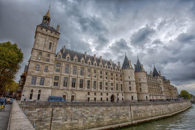 Le château de Conciergerie de la rivière la Seine à Paris, France image stock