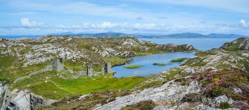 Le château de Dunlough, à trois châteaux dirigent, dans la péninsule d'artimon, le liège du comté, Irlande photographie stock libre de droits