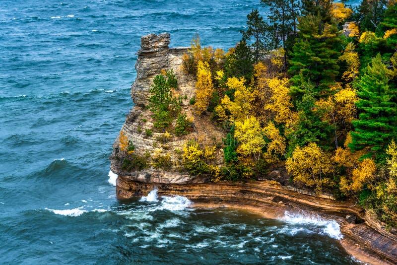 Le château de mineurs est une formation de roche exotique le long des eaux claires du lac Supérieur, au bord du lac national décr photo stock