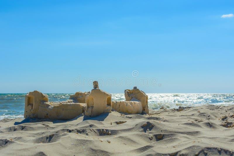 Le château de sable sur le bord de mer image stock
