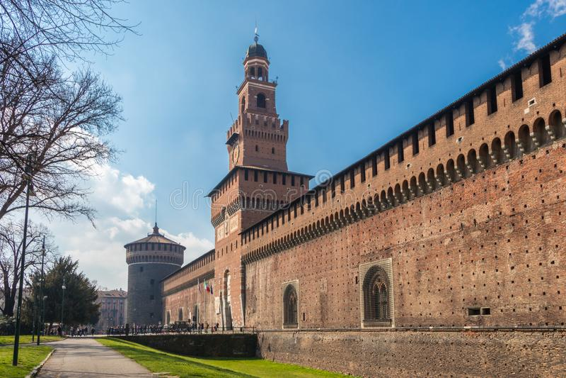 Le château de Sforzesco à Milan une journée de printemps, Italie images stock