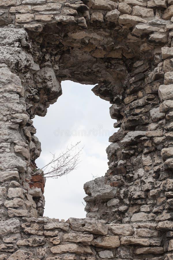 Le château en pierre médiéval ruine la fenêtre photo libre de droits