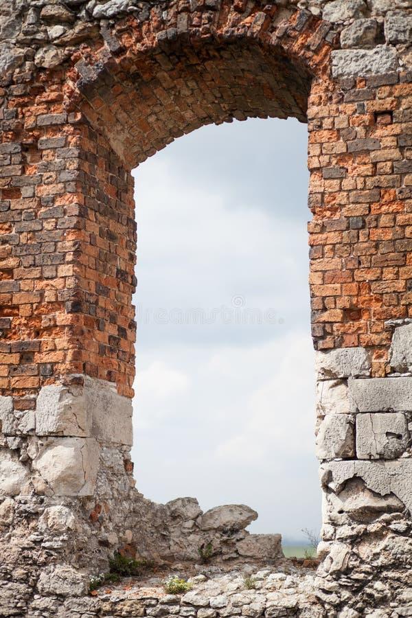 Le château en pierre médiéval ruine la fenêtre image libre de droits