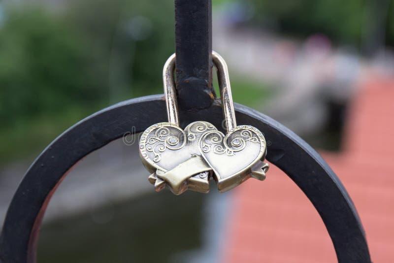 Le château sous forme de deux coeurs est fixé sur le pont photographie stock libre de droits