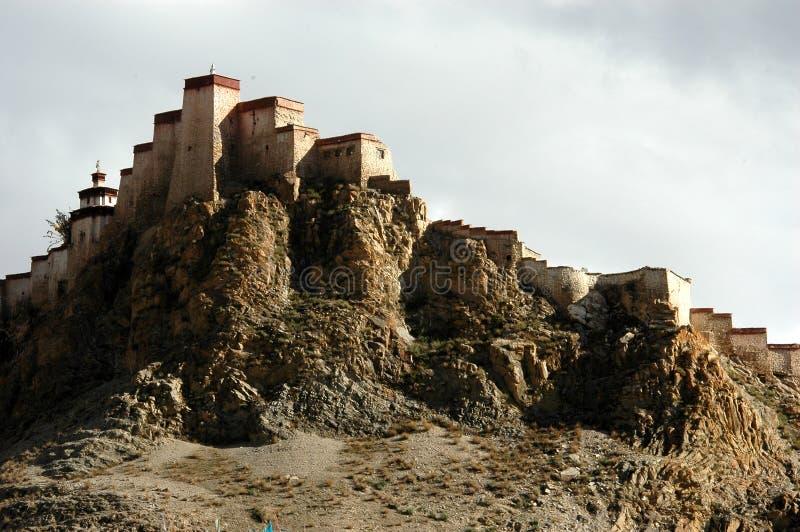 Le château tibétain sur une montagne photo stock