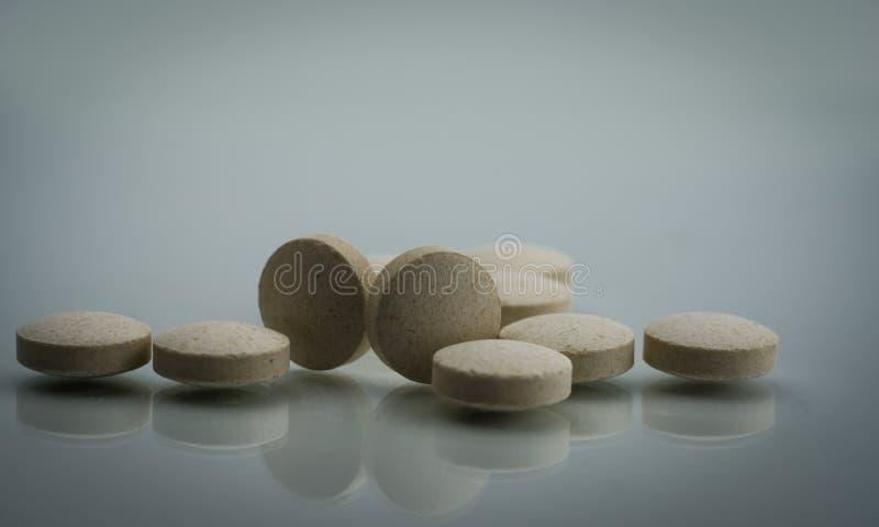 Le chélate d'acide aminé de zinc marque sur tablette des pilules sur le fond blanc Le produit de supplément diététique pour le sp photo libre de droits