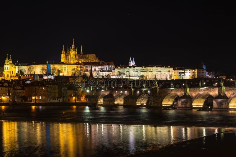 Le ch?teau de Prague, rivi?re de Charles Bridge et de Vltava dans la sc?ne de nuit photos libres de droits