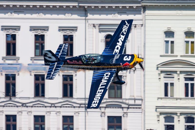 Le challengeur 2015 de course d'air de Red Bull classent extra 330 avions au-dessus du Danube dans le centre ville de Budapest photo libre de droits