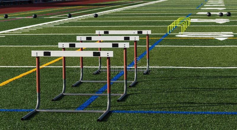 Le champ sportif avec des hurldes et des medicine-balls a installé pour le practi photos libres de droits