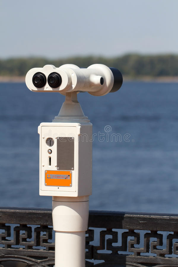 Le champ-verre stationnaire de visionnement payé sur le quai photographie stock libre de droits