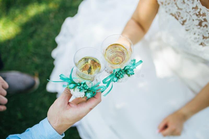 Le champagne de boissons de jeunes mariés photographie stock